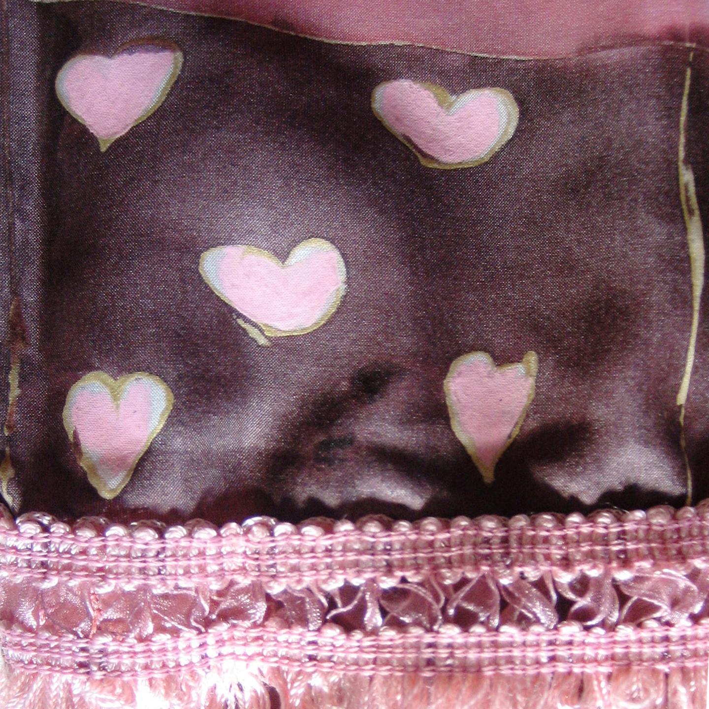 """Cenefa de flecos de seda rosa rematando el fular """"Cuadros rosas y marrones"""", crepe satén, 180 x 45 cm."""