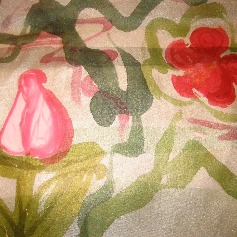 """Detalle del fular  """"Rosas en flor y en capullo"""", pongé 180 x 45 cm"""