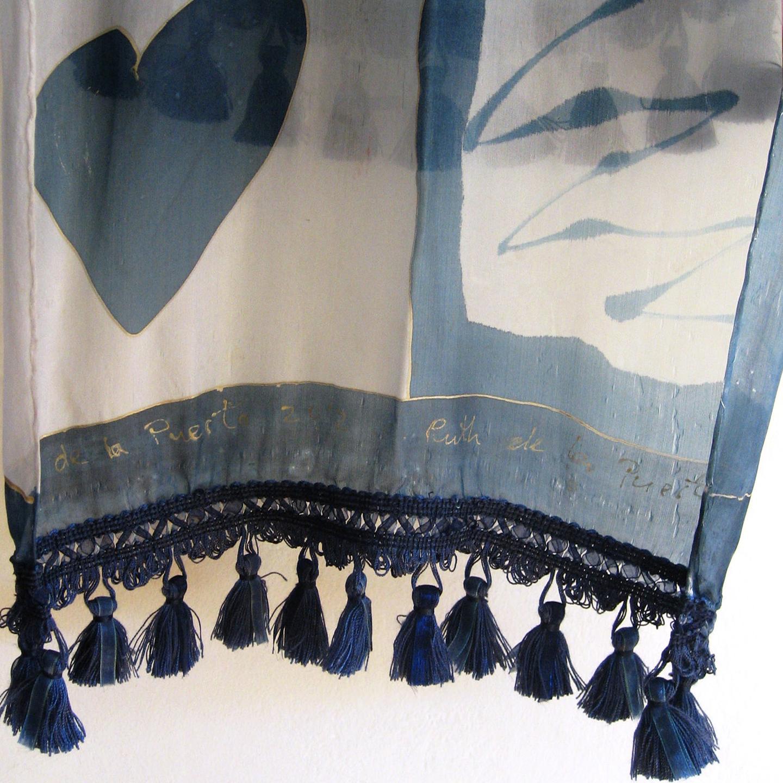Detalle de la cenefa de flecos de seda azul.