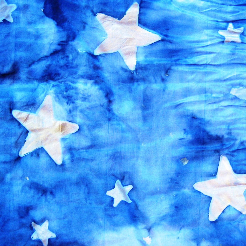 """Detalle del pañuelo """"Estrellas doradas sobre fondo azul"""" crepe satén, 45 x 45 cm"""