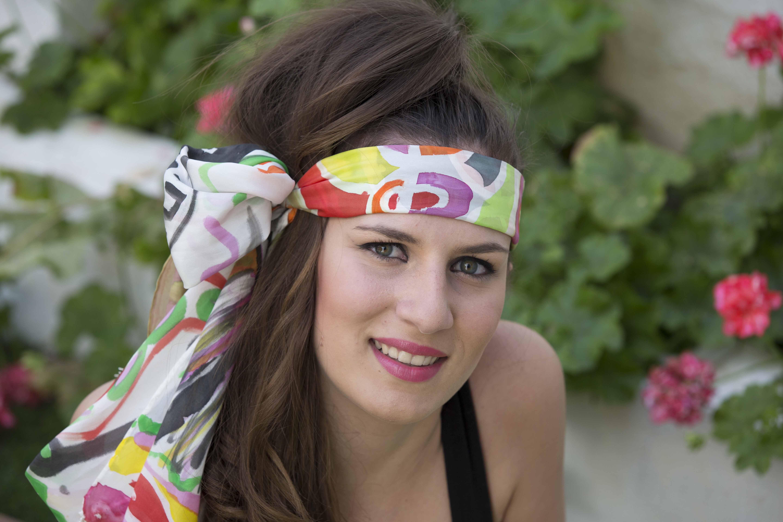 """Fular """"Máscaras africanas"""" sobre la frente de Julia, pongé 180 x 45 cm.Fotografía: Baúl de Fotos. ."""