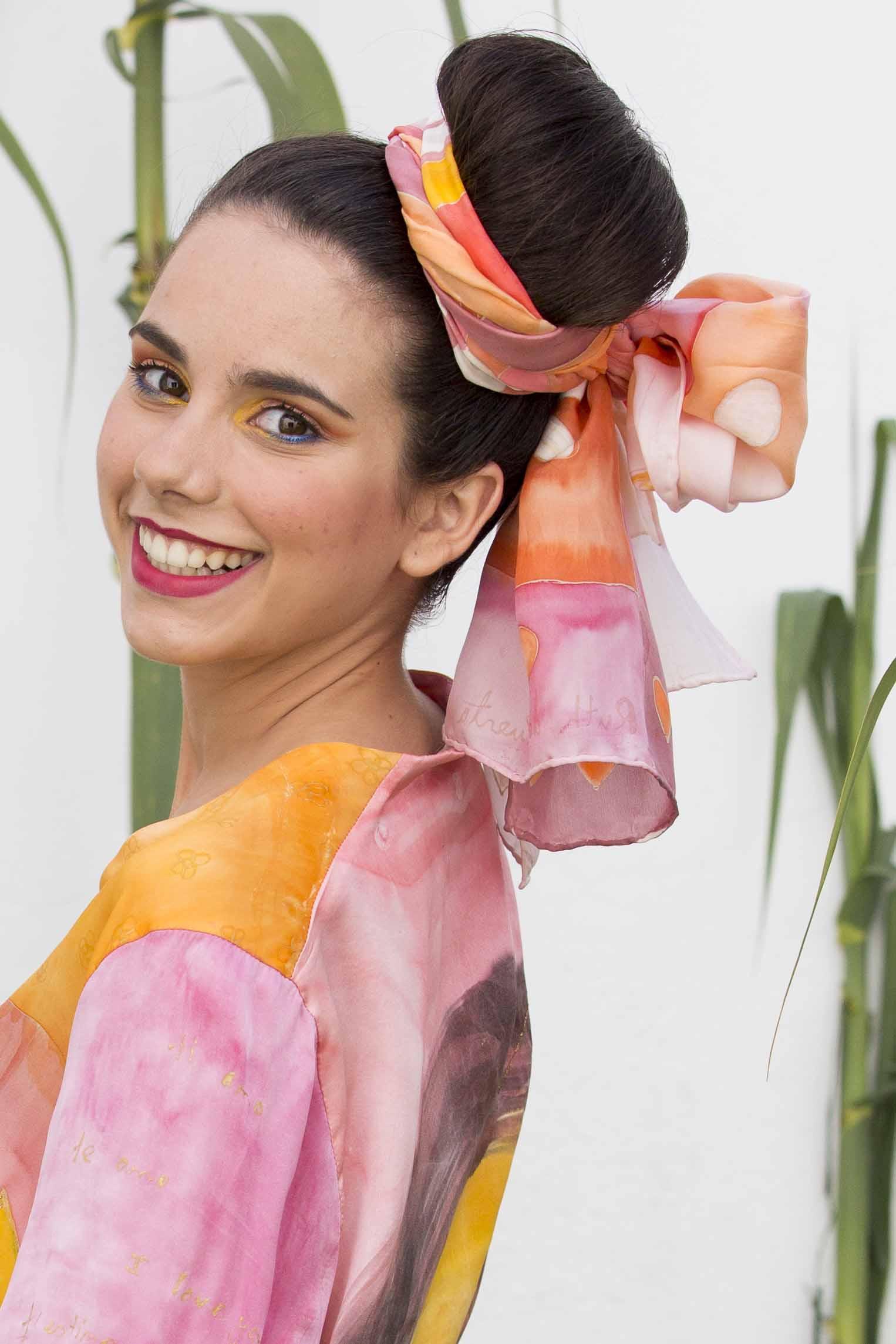 """Fular """"Cuadros y flores salmón"""" sobre el cabello de Patricia,  crepe satén 180 x 45 cm. Fotografía: Baúl de Fotos."""