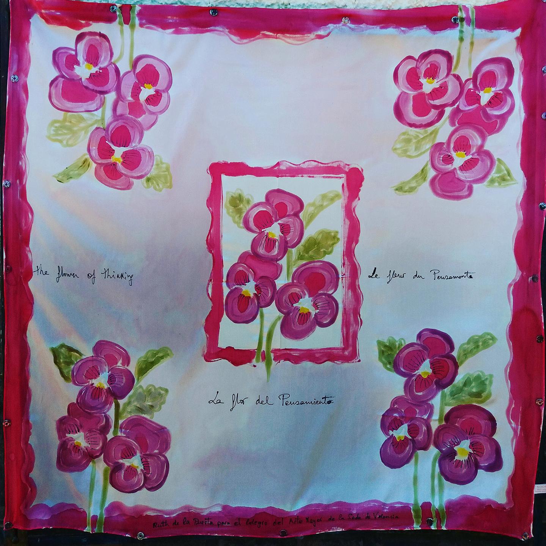 """Pañuelo """"La flor del Pensamiento"""" crepe satén 90 x 90 c,m"""