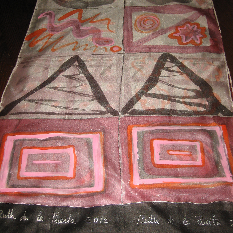 "Detalle del fular ""Negro y rosa"", crepe satén 180 x 45 cm."