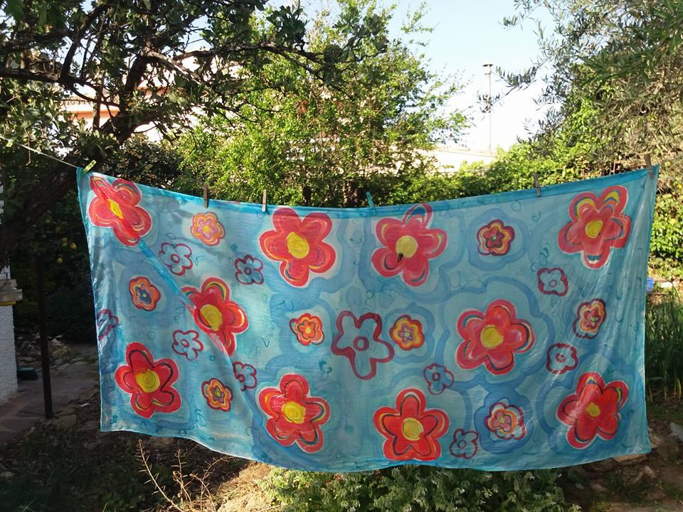 """Pareo """"Flores rojas"""" sobre seda natural habotai 180 x 90 cm."""