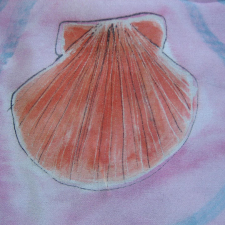 Detalle de concha pintada en el pareo de seda crepe satén.