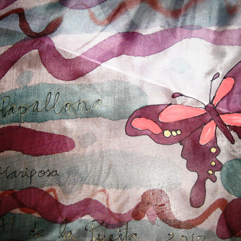 "Detalle del fular ""Mariposas moradas y rosas"", pongé 180 x 45 cm"
