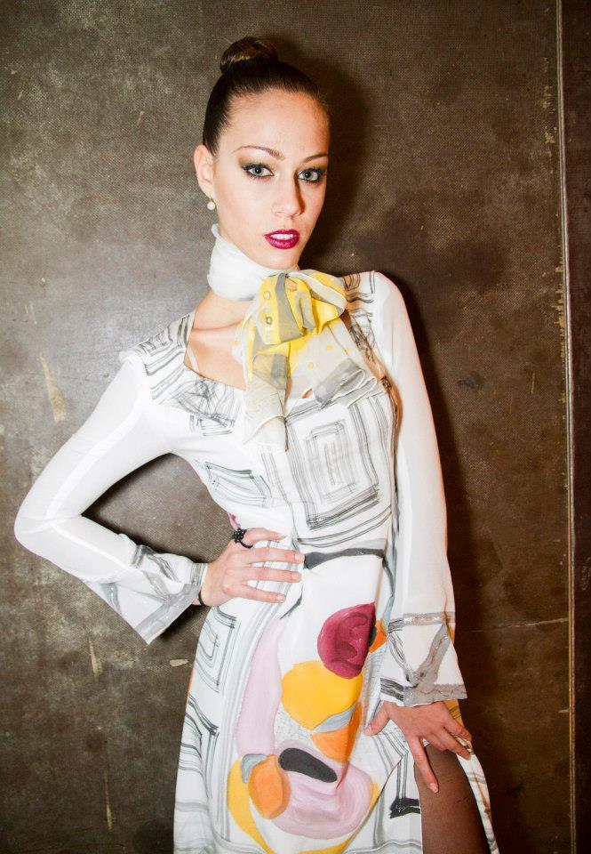 """Fular """"Abstracción amarillo y gris"""", gasa de seda natural sobre el cuello de Alba,l 180 x 45 cm"""