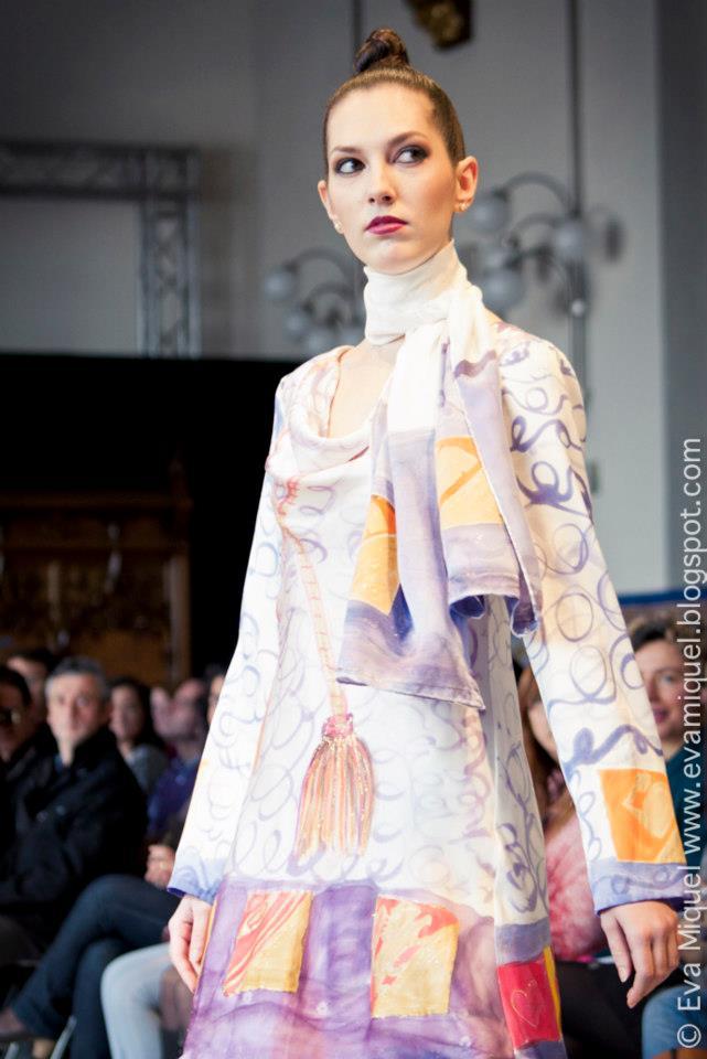 """Detalle del vestido y fular  """"Homenaje al colegio del arte Mayor de la seda de Valencia"""" en la VFW . Fotografía: Abad."""
