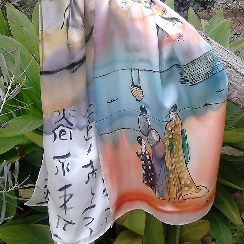"Detalle del fular ""Japonesitas"", crepe satén 180 x 45 cm."