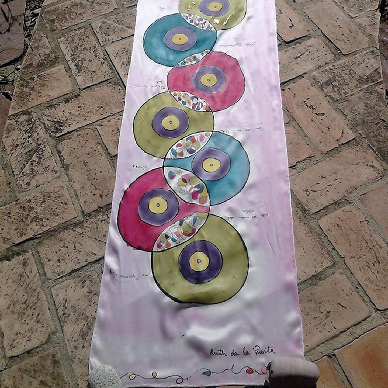 "Fular ""Discos solares Fina"", crepe satén 180 x 45 cm."