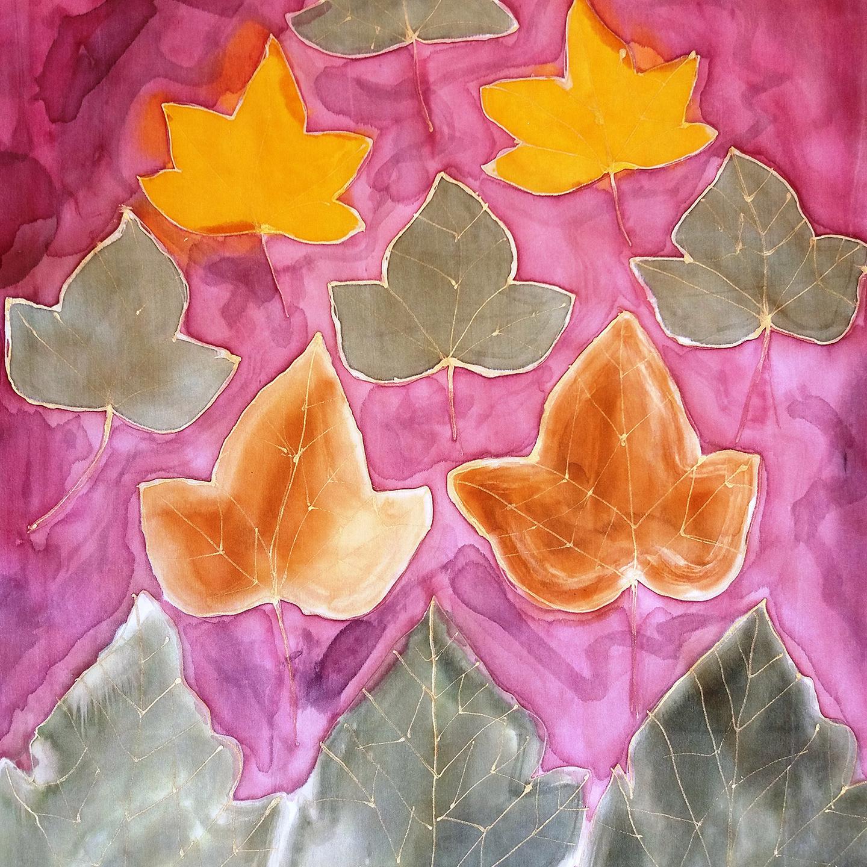 "Detalle del fular ""Hojas Elisa"", crepe satén, 180 x 45 cm."