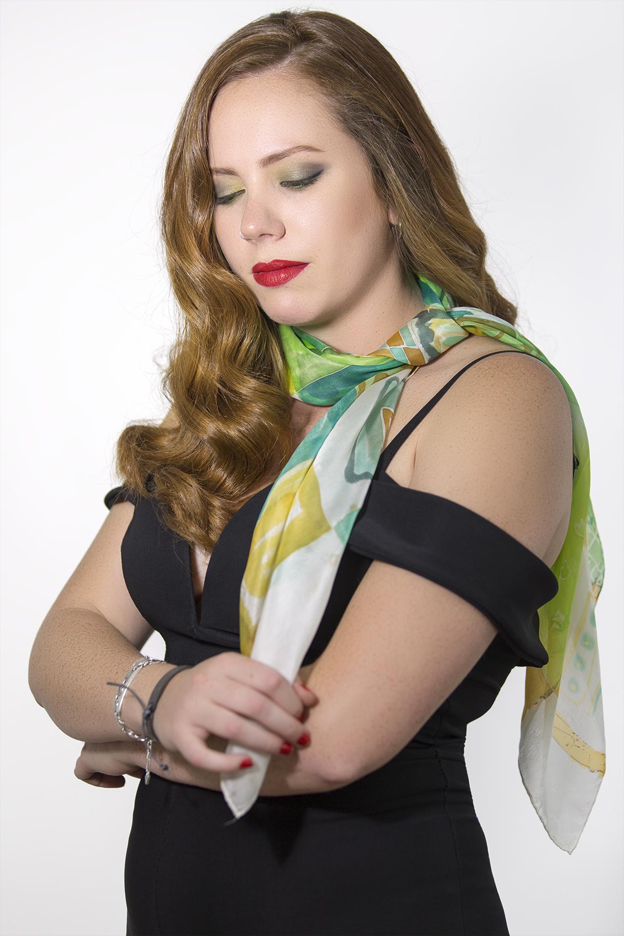 """Pañuelo """"Abstracción verde"""" sobre el cuello de Paula. Seda pongé 90 x 90 cm. Fotografía: Santo Coronado"""