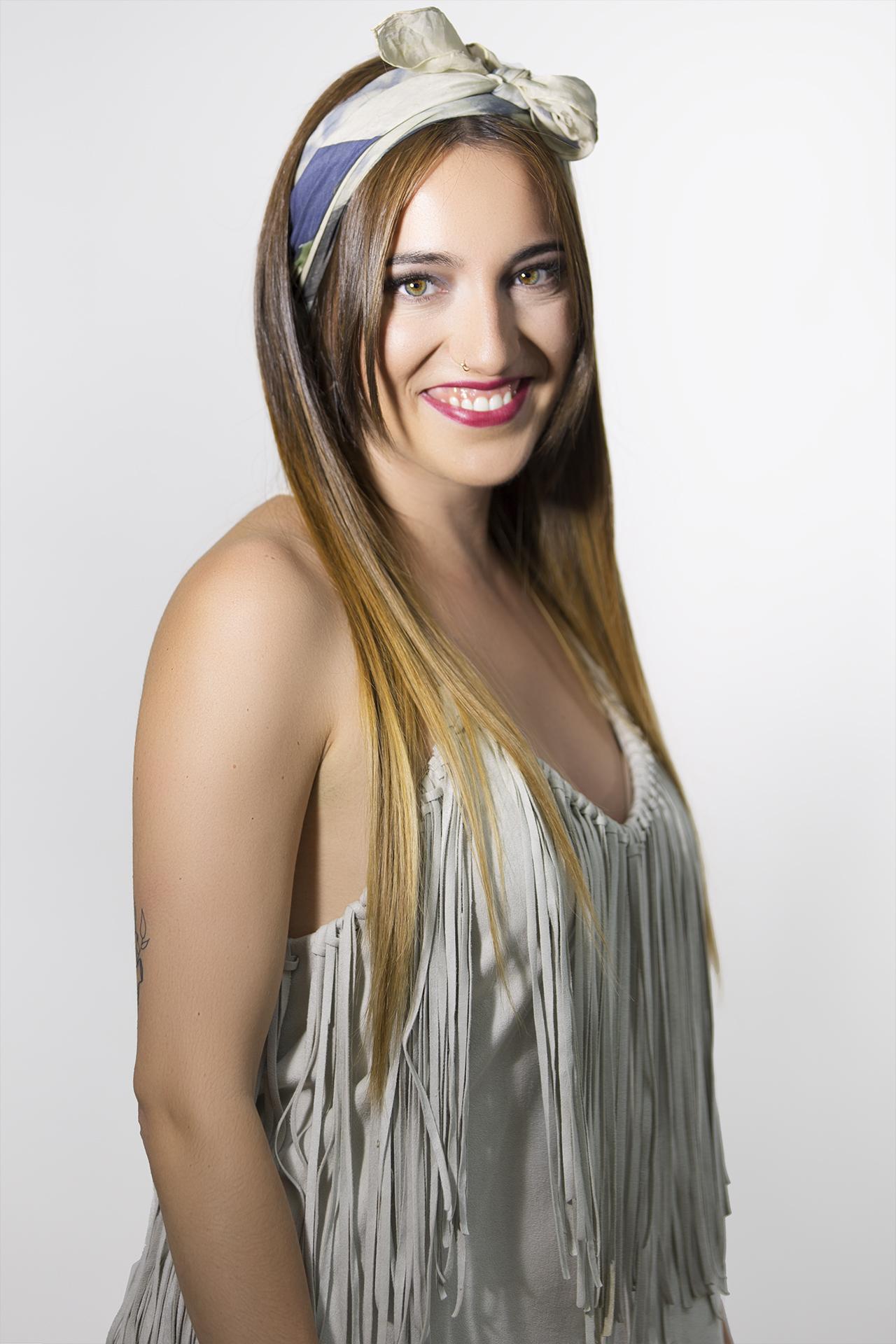 Pañuelo abstracción sobre el cabello de Andrea. Fotografía: Santo Coronado