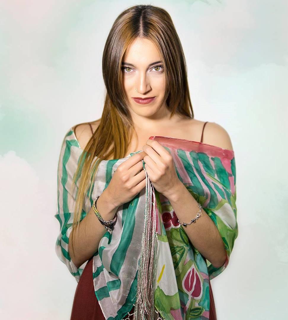 """Fular de """"Rosas y hojas"""" con flecos de seda de colores artesanales, pongé 180 x 45 cm"""