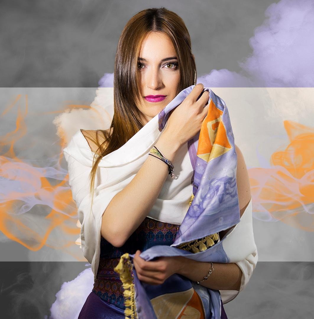"""Fular"""" Homenaje al colegio del arte mayor de la seda de Valencia"""" mostrado por Andrea, pongé 180 x 45 cm, flecos arteanos de colores. Fotografía: Santo Coronado."""