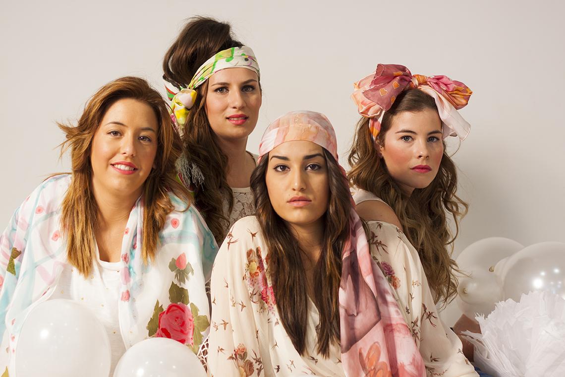 Cristina Llacer, Cintia, Julia y Nerea con fulares sobre la cabeza. Fotografía: Baúl de Fotos.