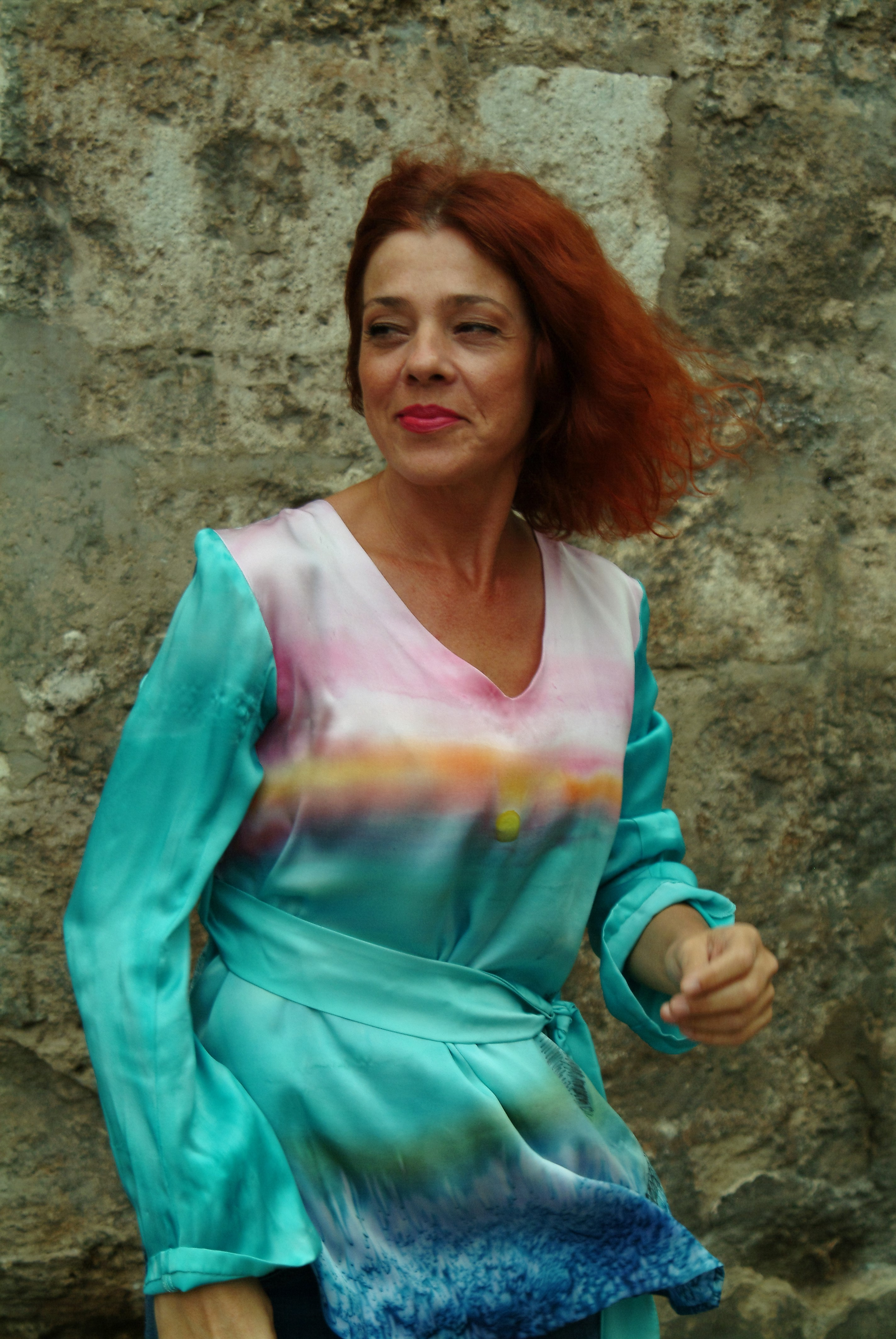 Palmira con el blusón por delante con el mar en calma. Fotografía: Vicente Alamán Picazo..