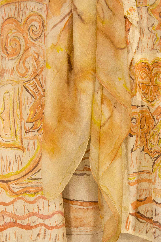 """Detalle de la camisa """"Elefantes"""" de piel de ángel a juego con el pañuelo salmón pongé expuesto en la vitrina. Fotografía: Baúl de Fotos."""