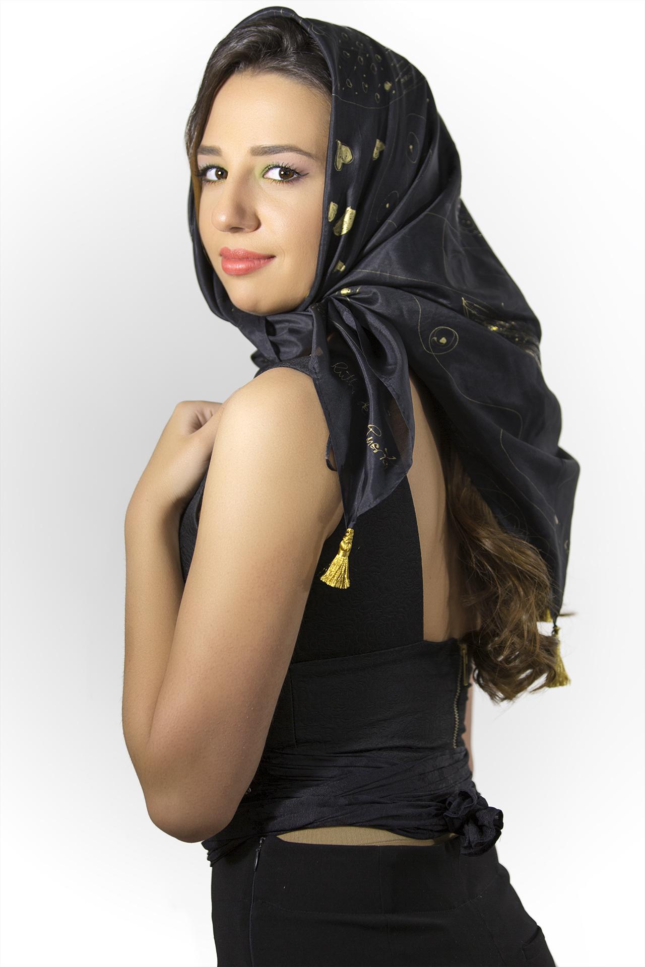 """Pañuelo """"Negro y dorado"""" sobre la cabeza de Carla, pongé 90 x 90 cm.  Fotografía: Santo Coronado."""