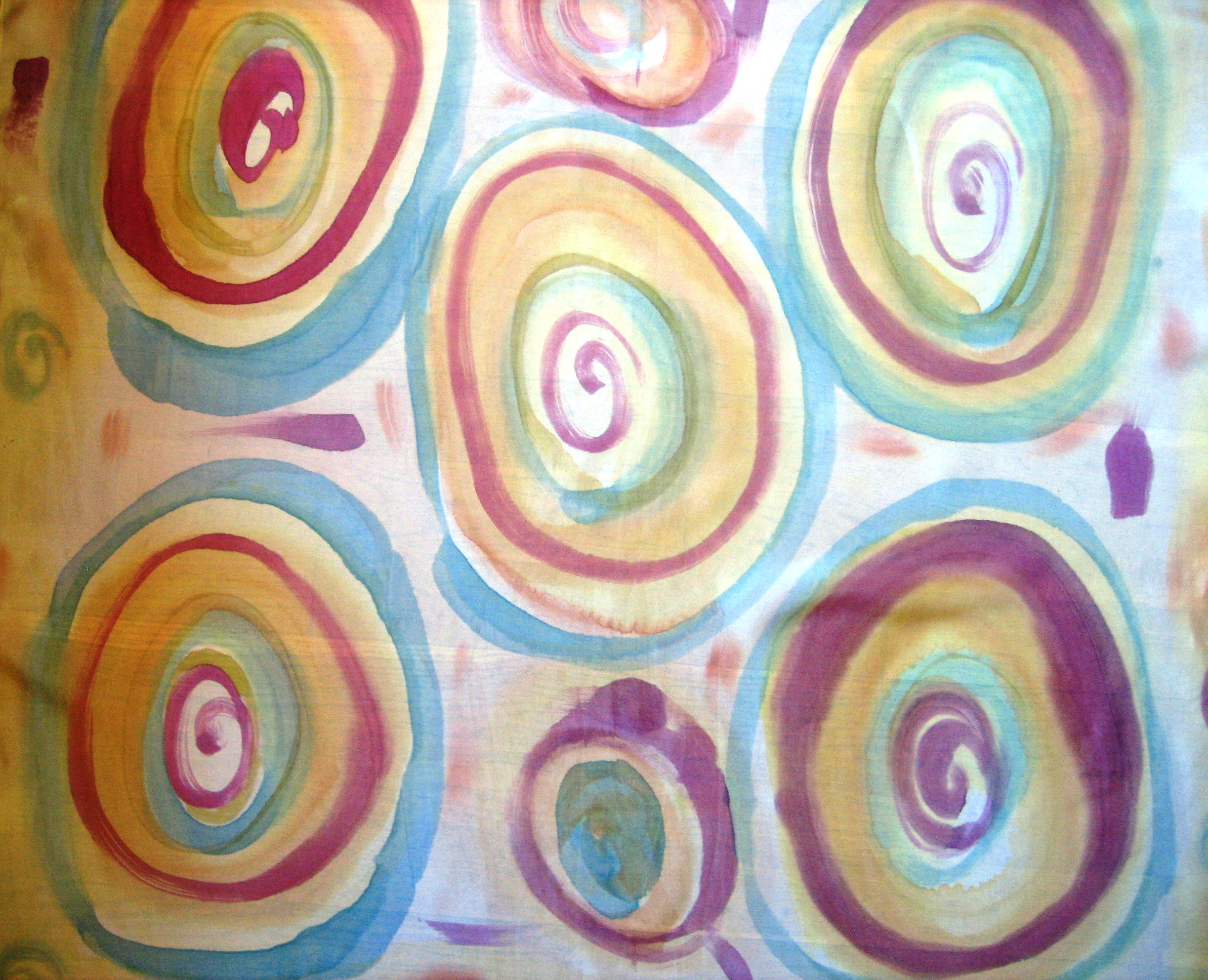 Detalle del pareo de roleos amarillo a la cúrcuma y café