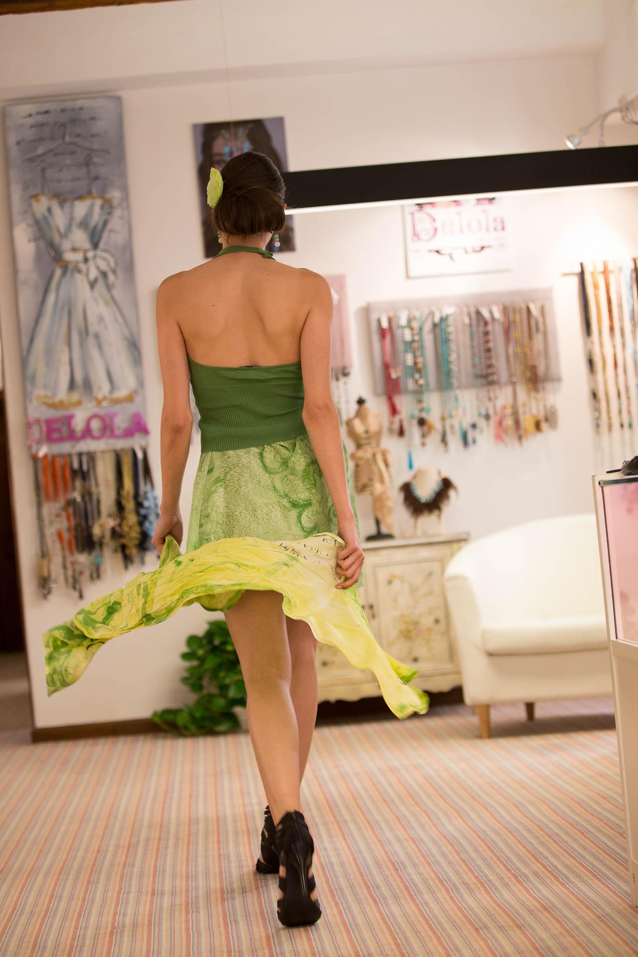 """Lydia de espaldas con la falda y fular """"Oriental""""  crepe satén. Fotografía: Baúl de Fotos."""