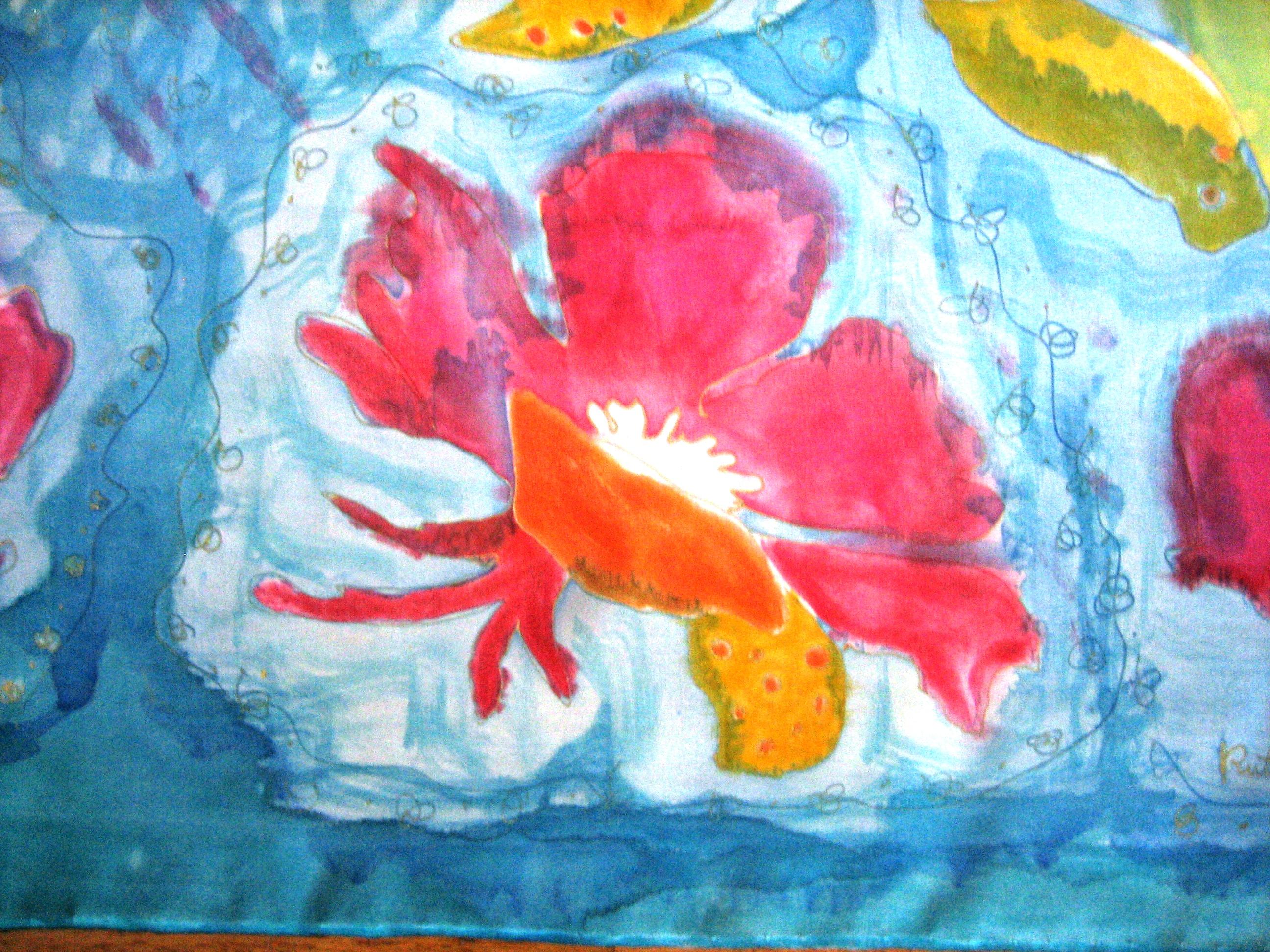 Detalle de  flor fucsia pinada en seda