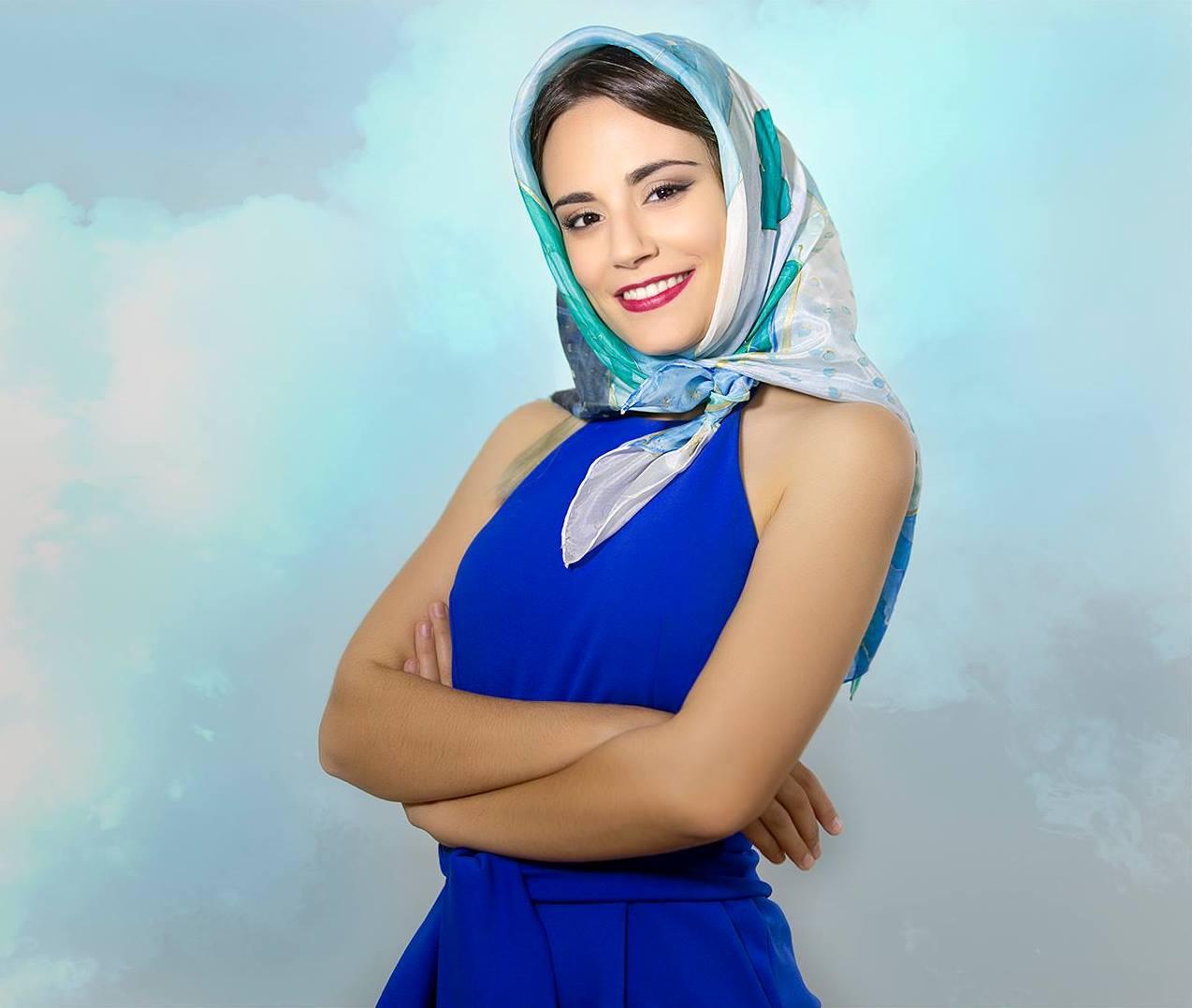 Pañuelo abstracción en verde y azul sobre la cabeza de María (pongé)