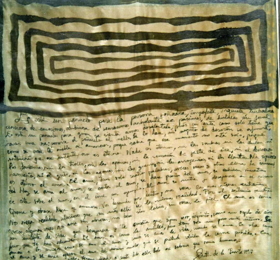 """Pañuelo """"letras y cuadros"""" Belén, crepe satén 90 x 90 cm"""