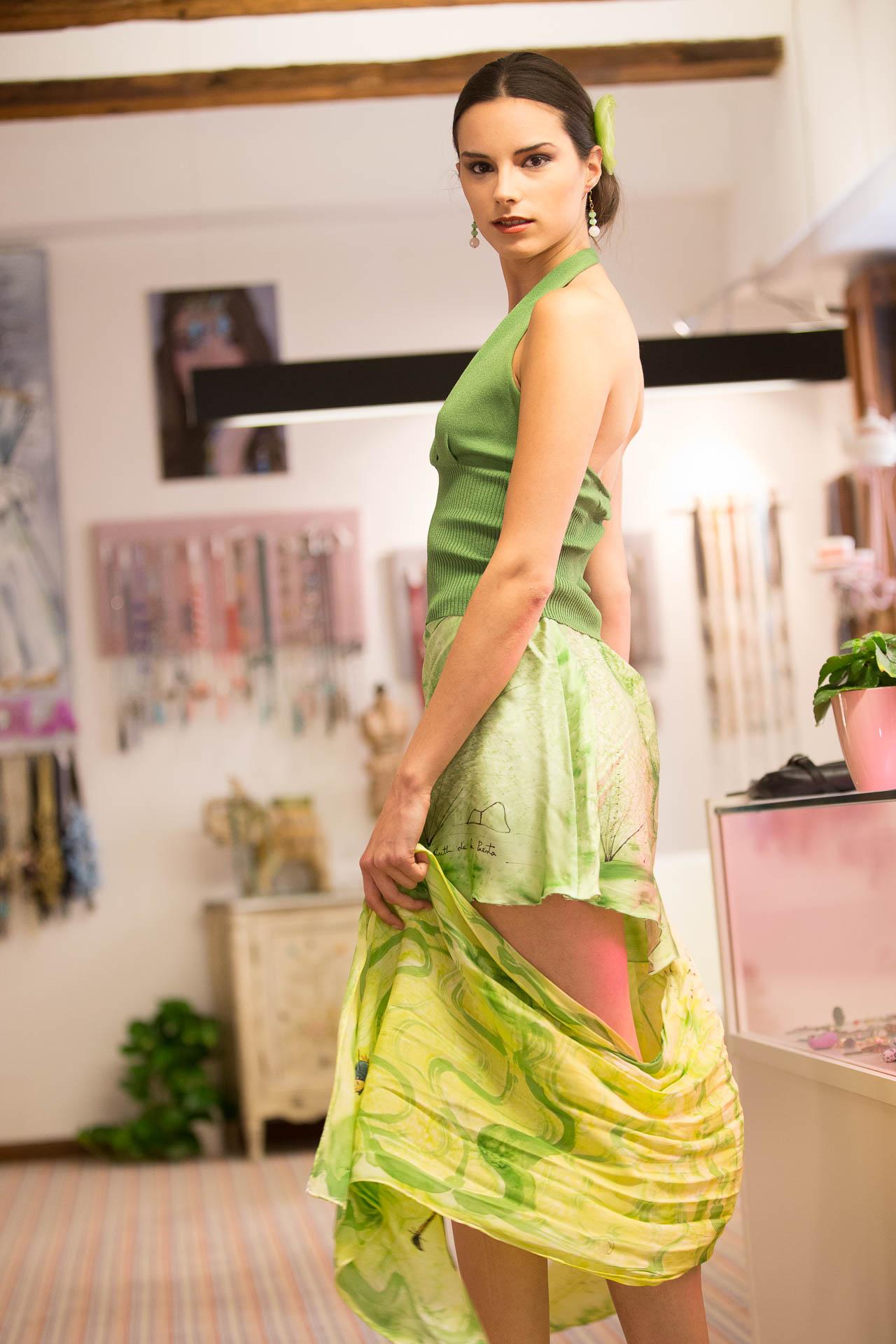 Lydia con falda y fular Oriental en crepe satén. Fotografía: Baúl de Fotos.