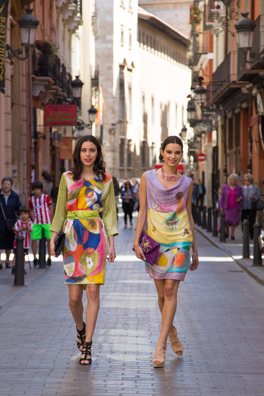Alexia y Lydia paseando  con vestidos de crepe satén estilo Arty. Fotografías: Baúl de Fotos.