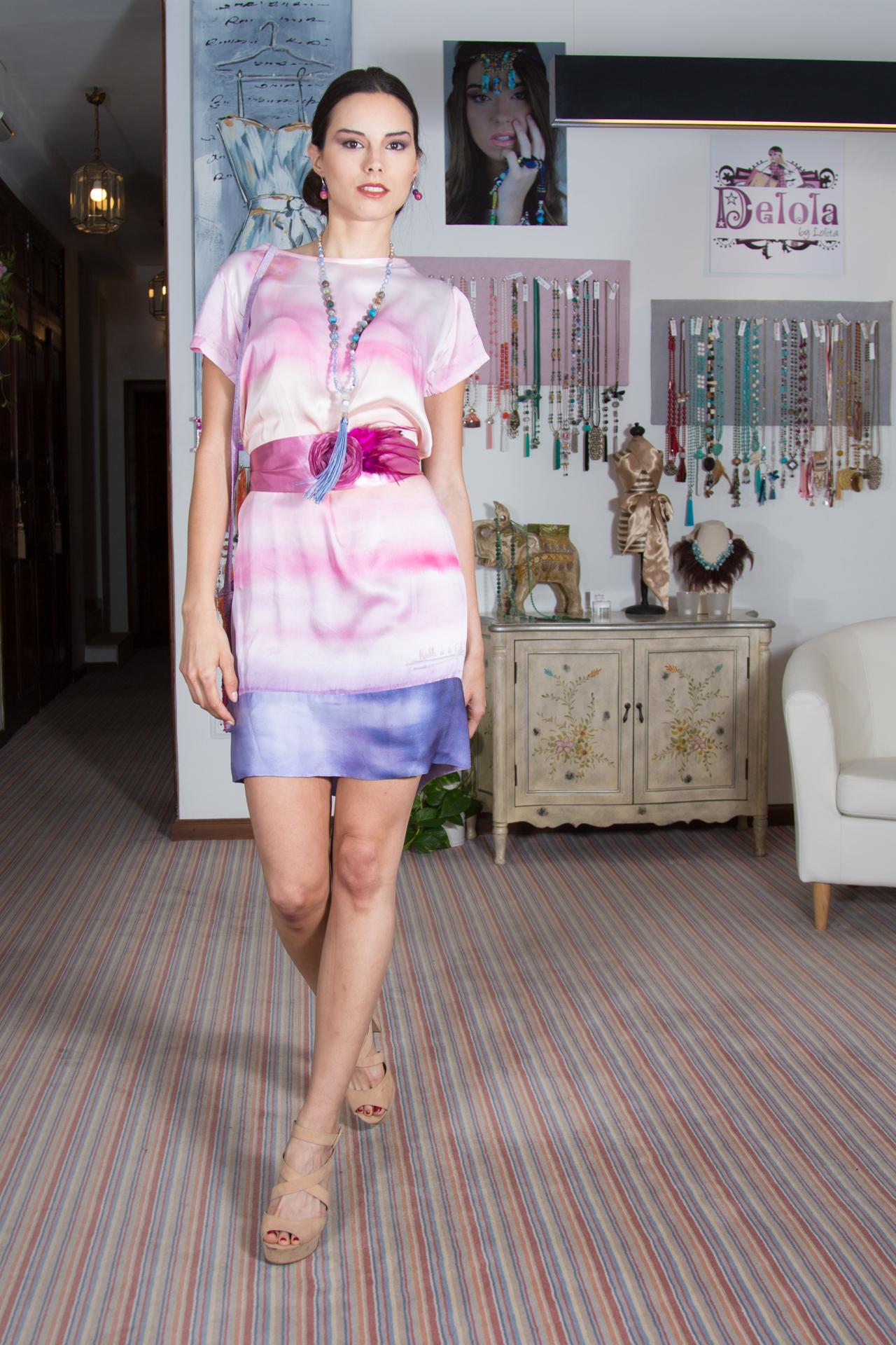 Lydia con el vestido crepe satén rosa