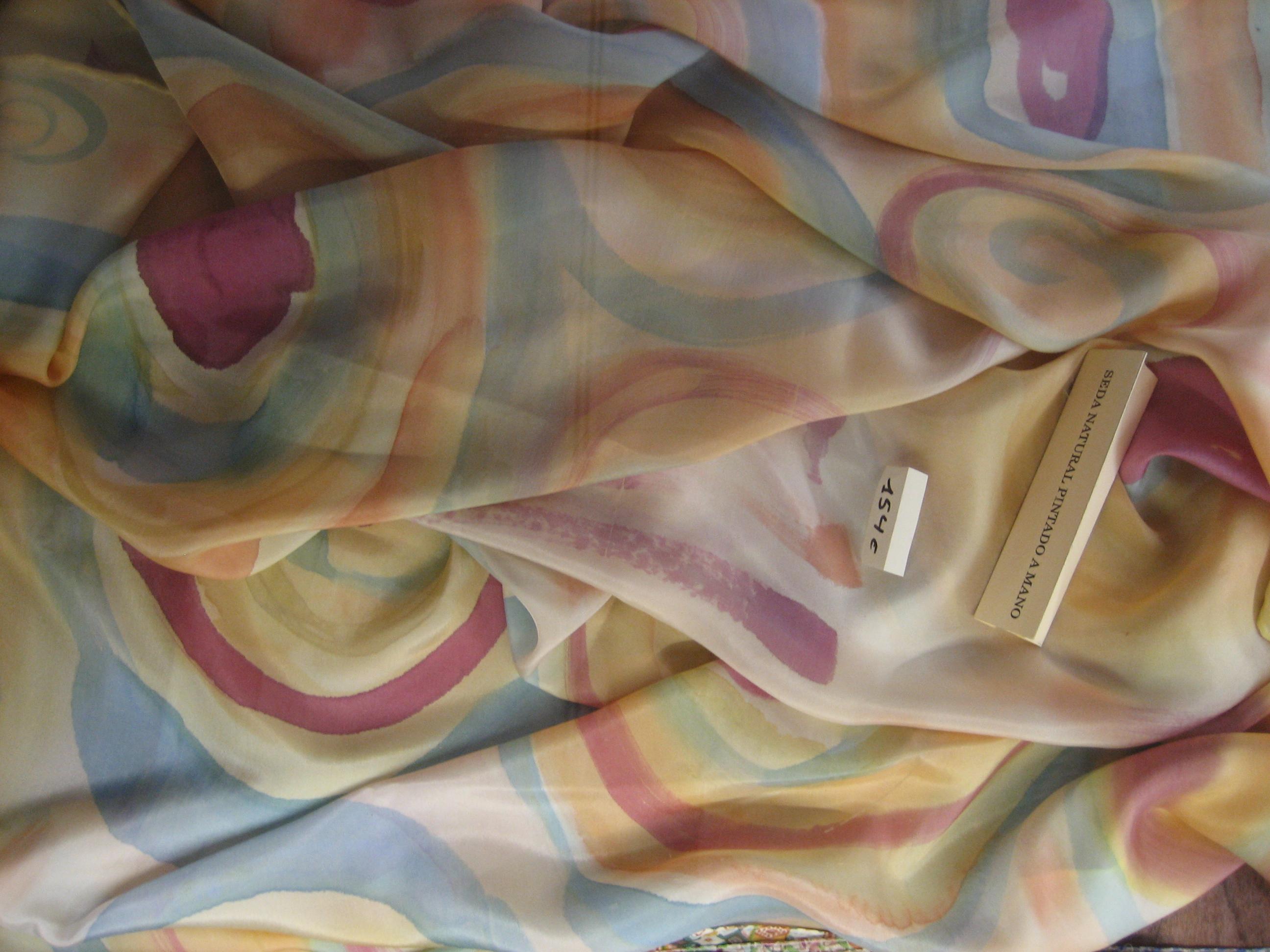 """Pareo """"Roleos amarillo pálido"""", habotai, 180 x 90 cm, pintura de seda, tintes naturales: cúrcuma, café y vino tinto."""