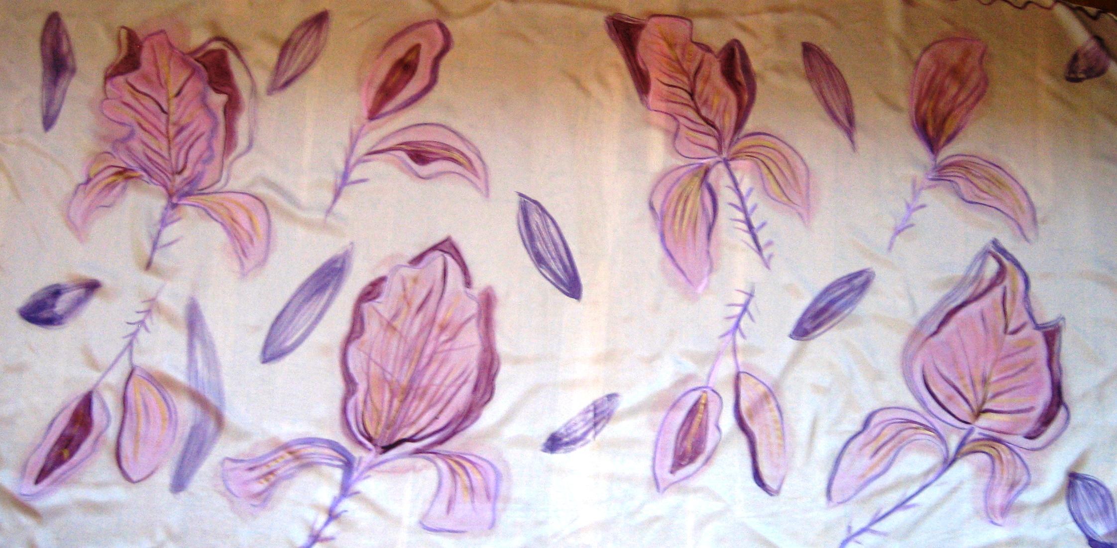 """Pareo """"Flores moradas"""" sobre fondo beige. Habotai 180 x 90 cm. Pintura en seda y café."""