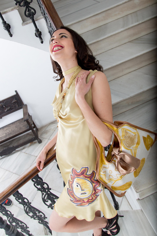 """Vestido """"El Sol""""  en raso de seda natural  y bolso reversible de seda. Fotografía: Baúl de Fotos."""