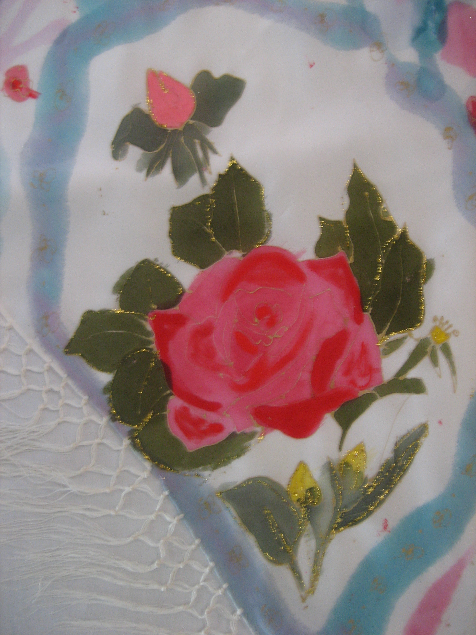 Detalle de la rosa roja pintada en sed crepe de chine