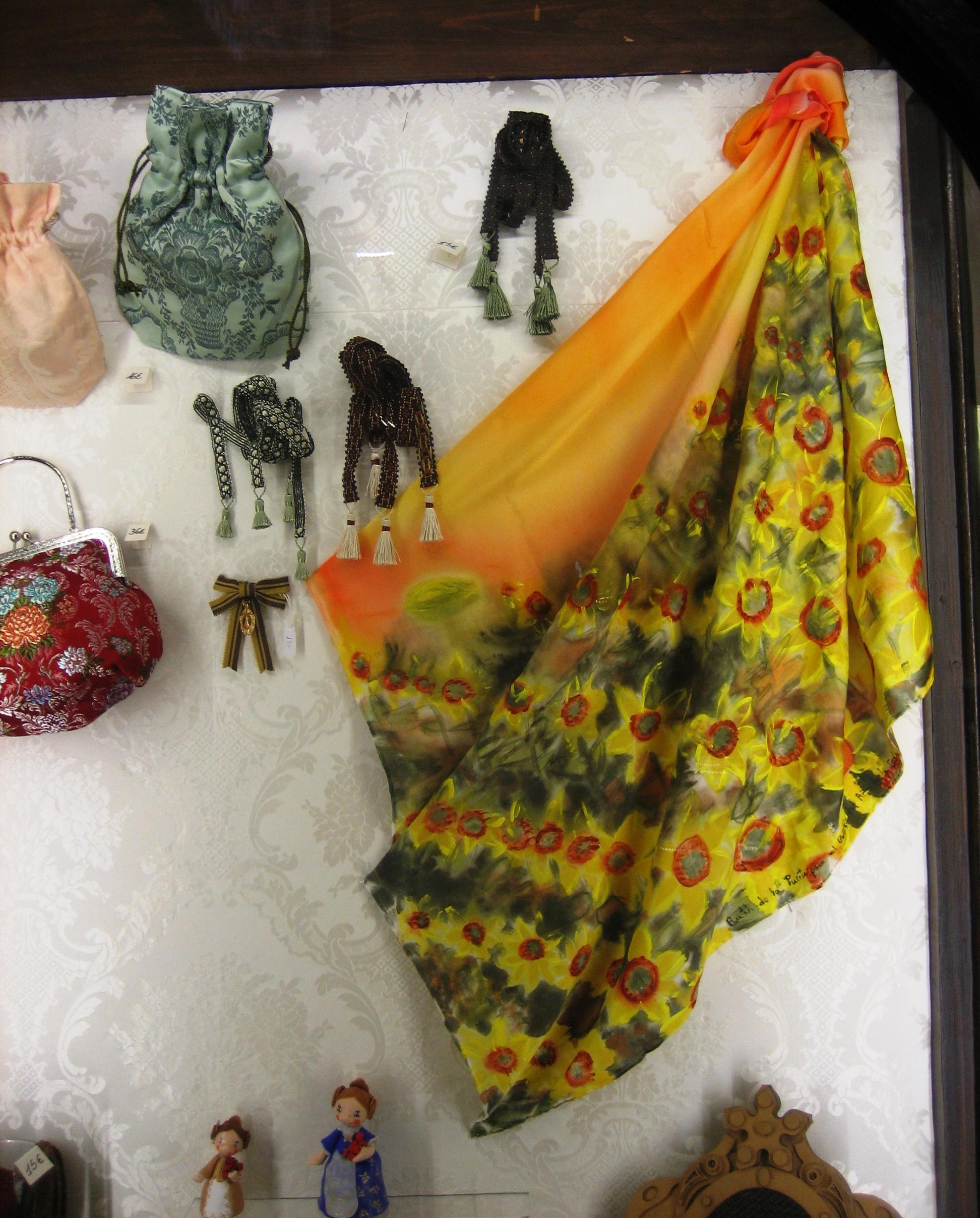 """Pañuelo """"Campo de girasoles en la vitrina de la tienda """"Espai seda"""" del museo de la seda de Valencia, crepe satén 90 x 90 cm."""