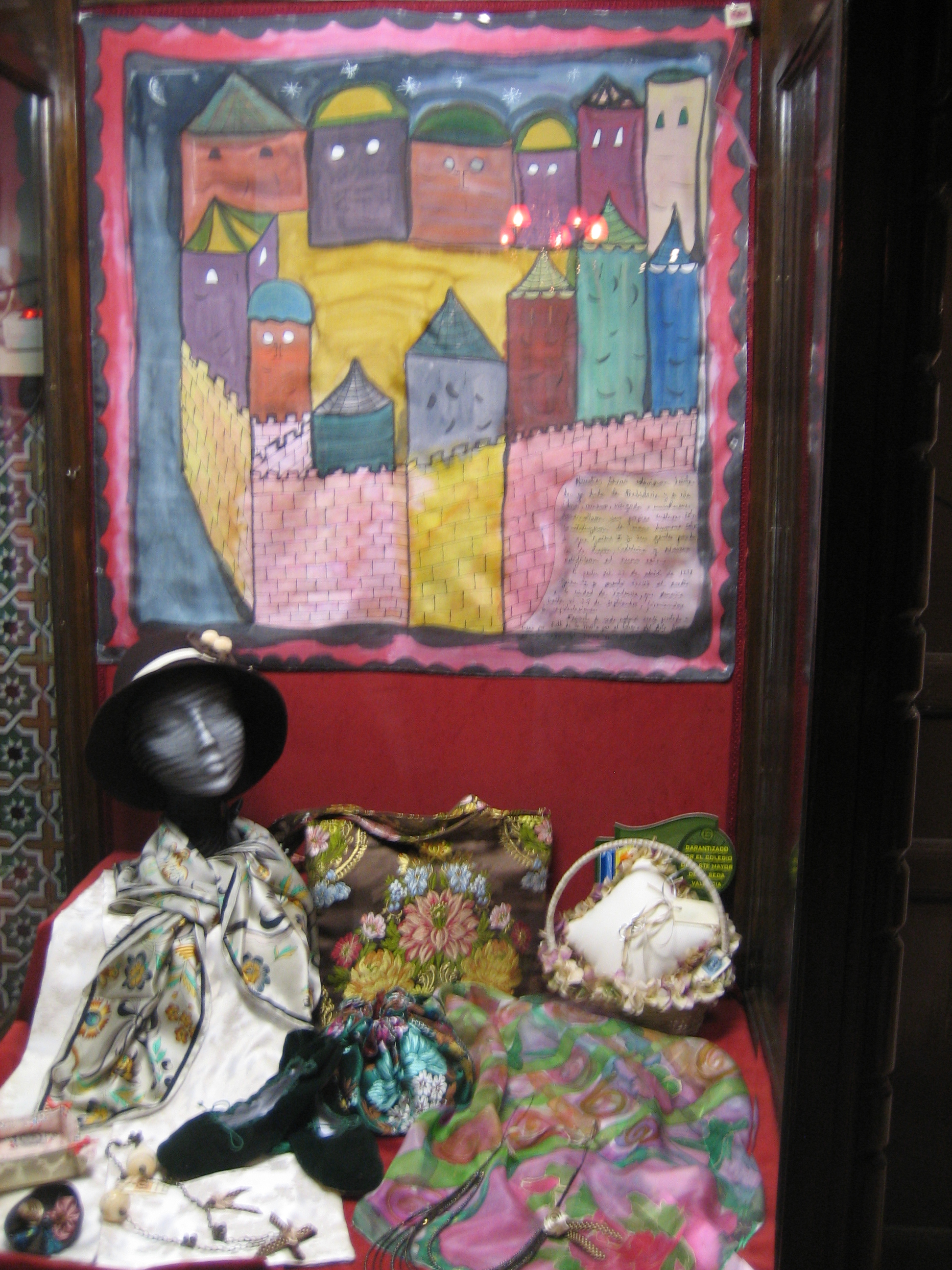 "Pañuelo ""La valencia Medieval"" en la vitrina de la tienda ""Espai seda"" del museo de la seda de Valencia, crepe satén 90 x 90 cm"