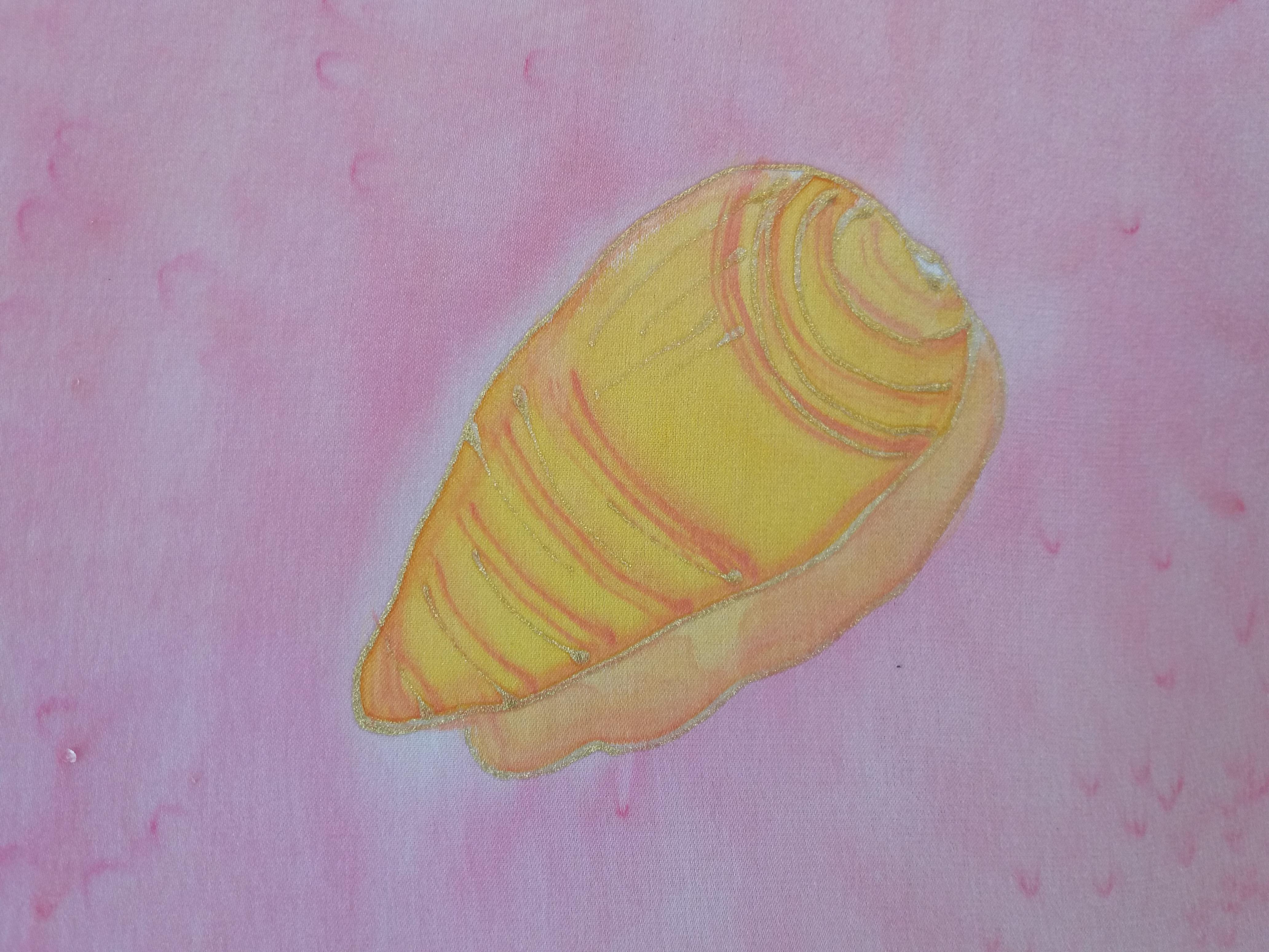 Detalle de caracola marina fosilizada pintada en seda crepe satén