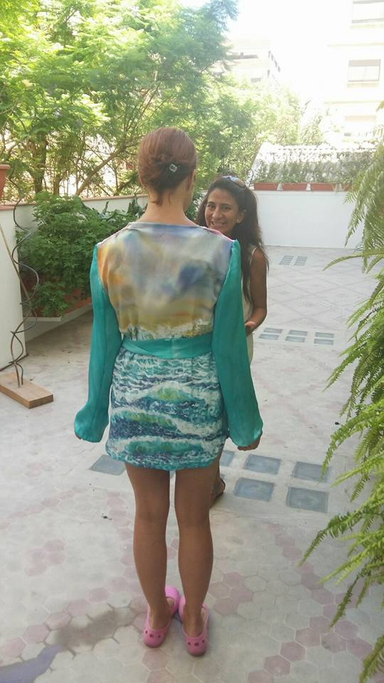 Palmira con Cristina probándole el blusón