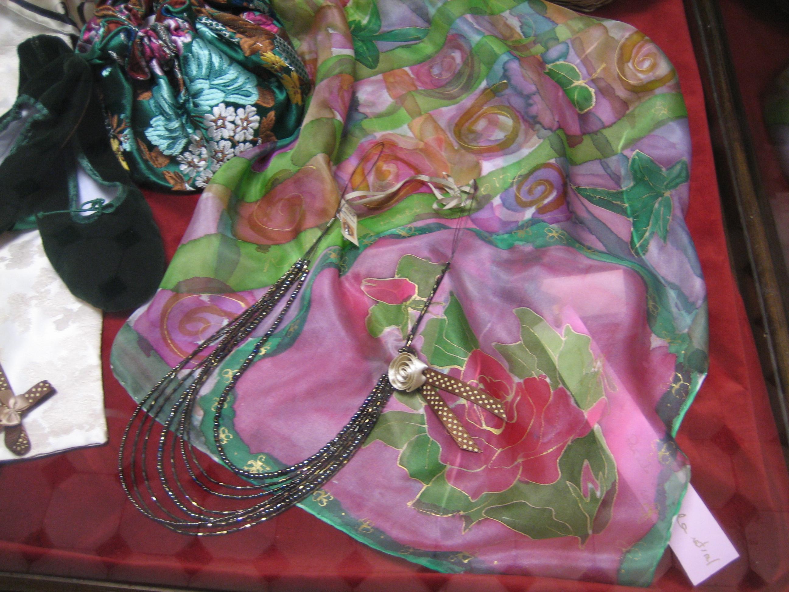 """Pañuelo """"Rosas"""" en la vitrina de la tienda """"Espai seda"""" del museo de la seda de Valencia, 90 x 90 cm"""