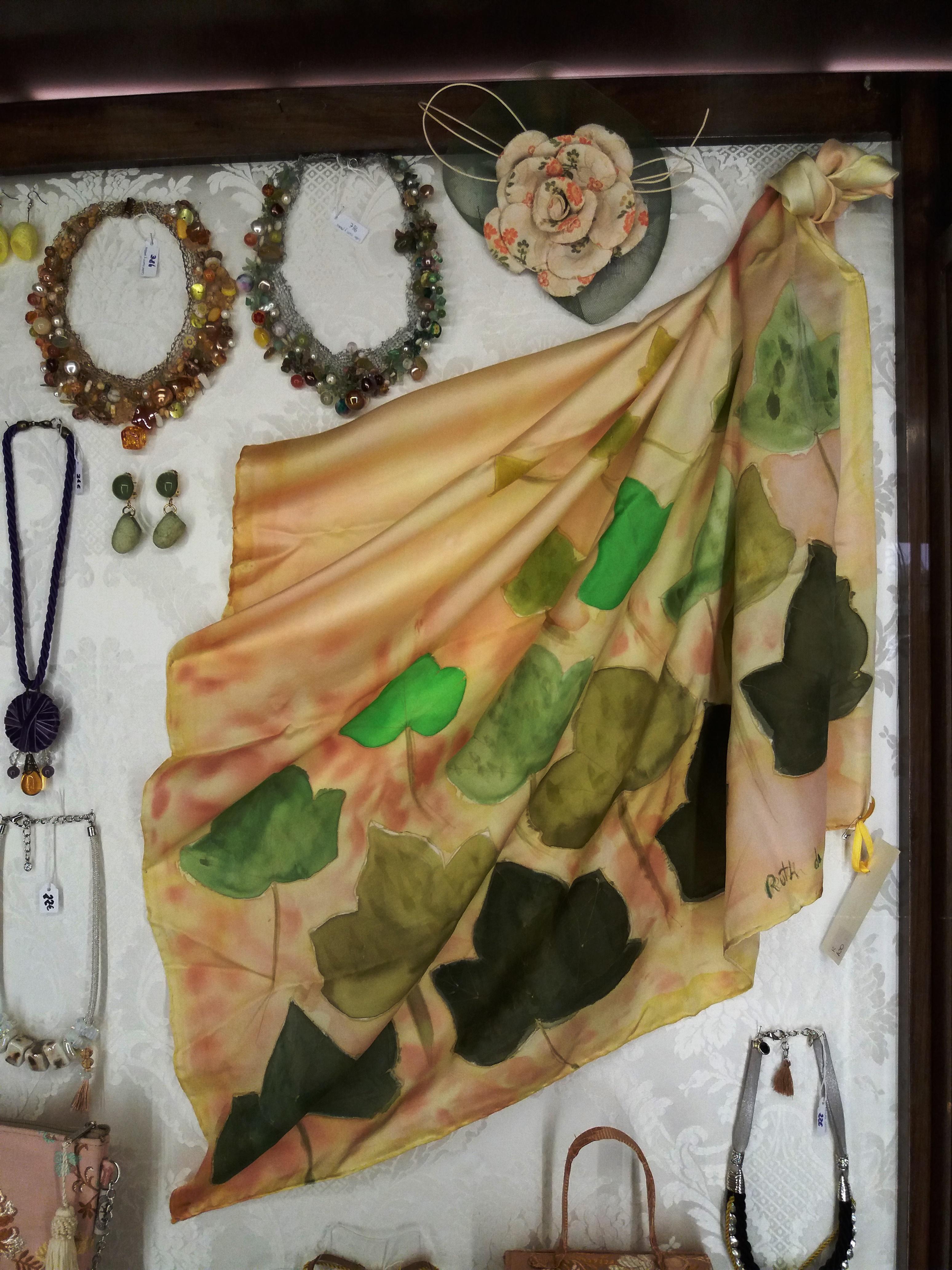 """Pañuelo """"Hojas verdes en la vitrina de la tienda """"ESpai seda del museo de la seda de Valencia, crepe satén 90 x 90 cm"""