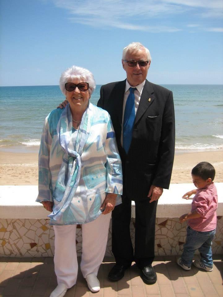 Mª José Escribano LLuch con blusón crepe satén azul el día de sus bodas de Oro.