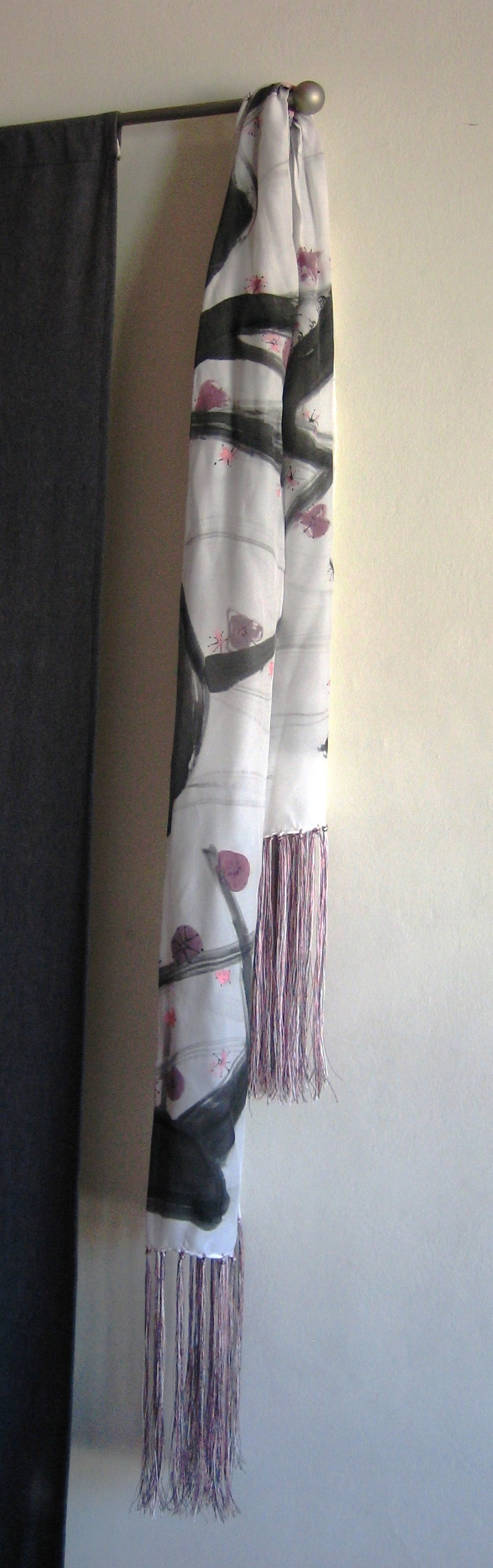 """Detalle de los flecos de seda de colores paar el fular """"ALmendro en flor"""" crepe satén 180 x 45 cm."""
