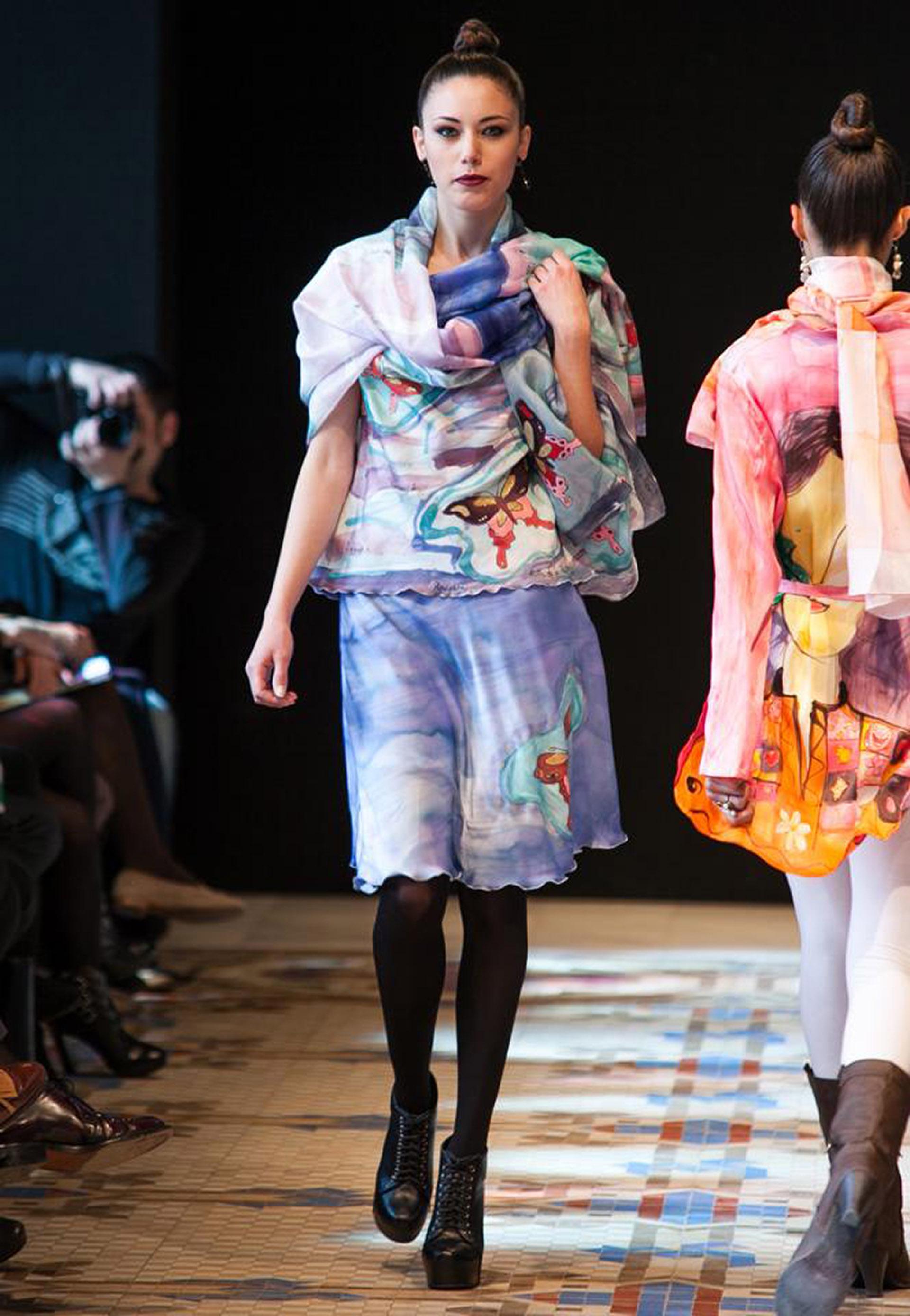 """Conjunto de blusa y falda evasé """"Mariposas"""" crepe satén presentado por Alexia en el desfile de la VFW.  Fotografía: Abad."""