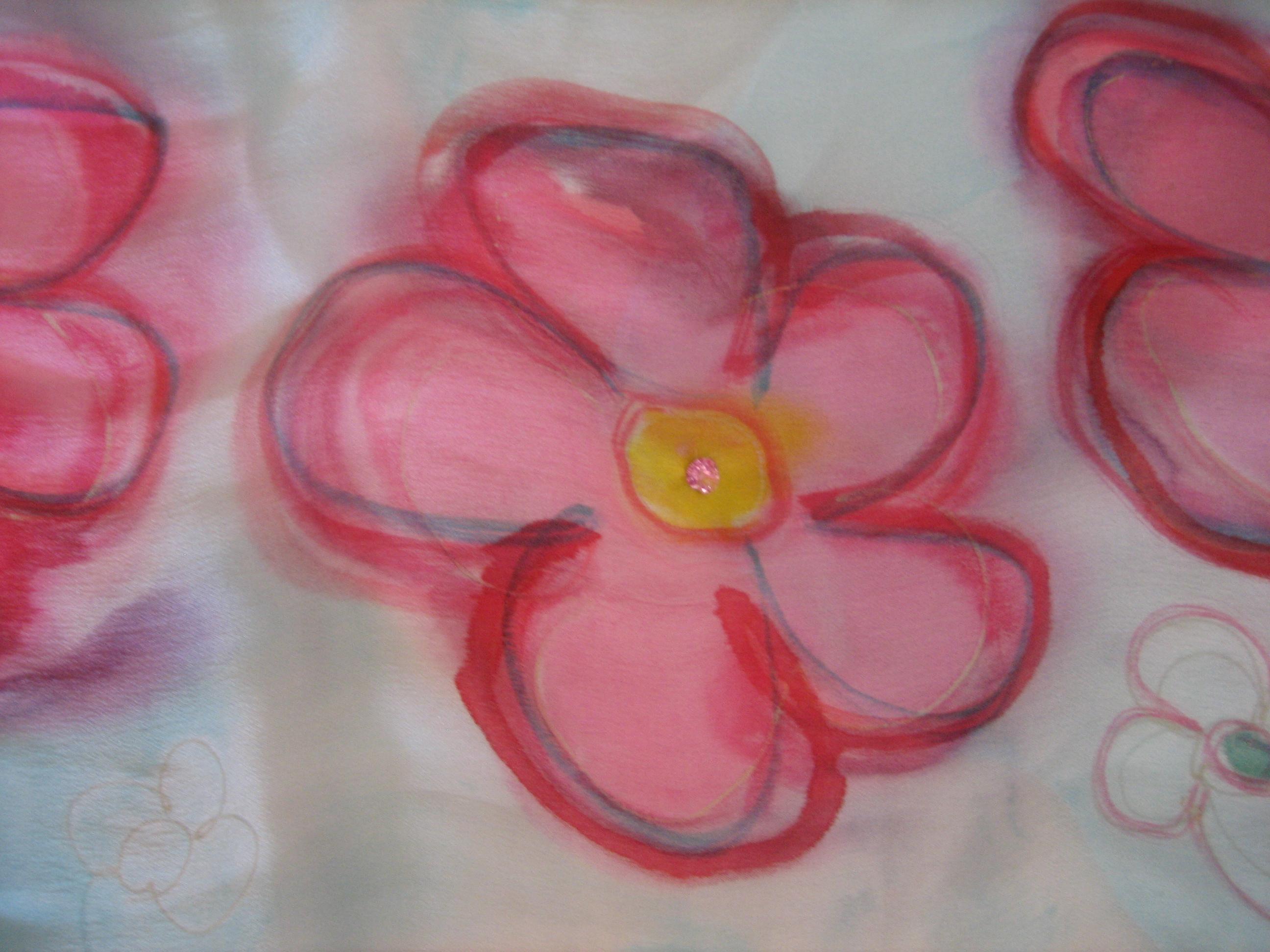 Detalle de flor bordada con svarosky  del pareo a flores crepe satén 2 m x 90 cm.