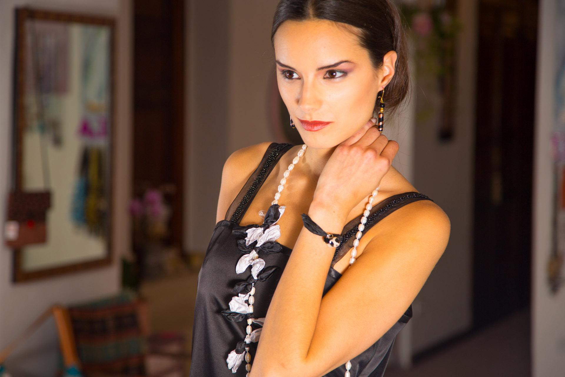Retrato de Lydia luciendo la blusa con tirantes. Fotografía: Baúl de fotos.