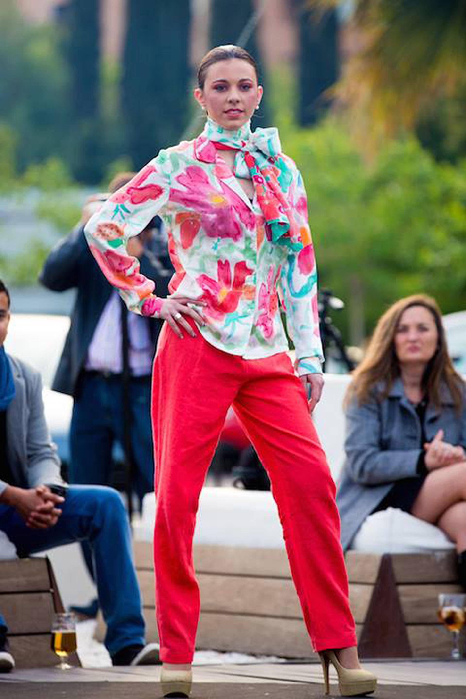 Camisa de manga larga crepe satén a flores y pantalones de lino lucidos por Jenny Blanch en el desfile de Tosca.