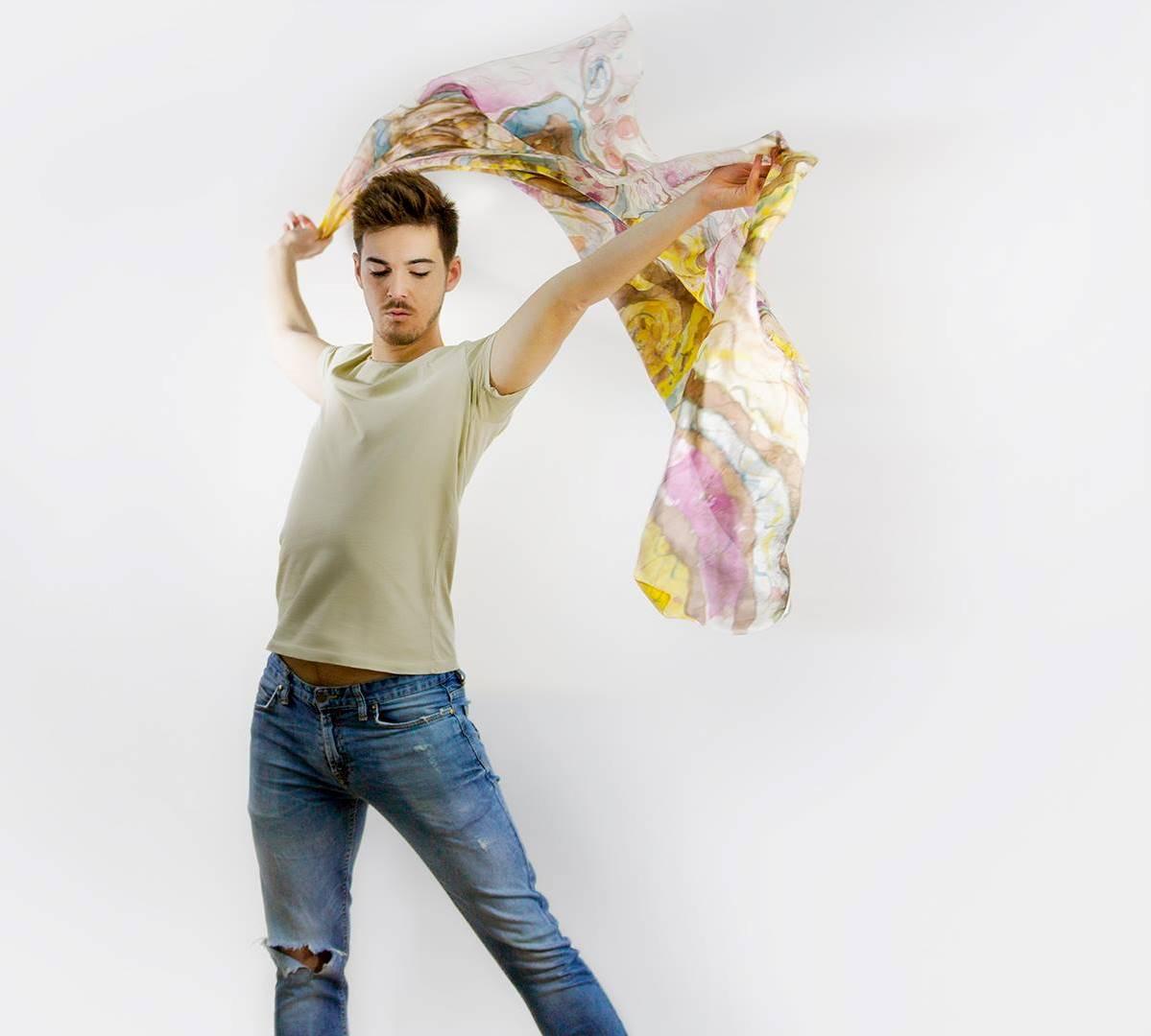 """Pareo """"Manchas multicolor"""", pongé, 2 m x 90 cm. Fotografía: Santo Coronado."""