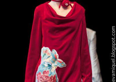 Vestido en terciopelo de seda bordado con seda crepe satén pintado  amano con el tema de una rosa exhibido por Paula en la VFW